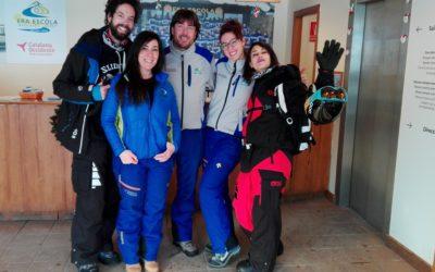 "Juan Ibáñez from the program ""El hormiguero"" and Nerea Barros award for best actress revelation visit Era escòla and practice snowboard"